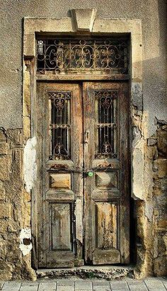 Here we listed really eyeful and effective old door design ideas. There is really antique door knobs, handles and knockers that will affect you definitely! Cool Doors, The Doors, Unique Doors, Entrance Doors, Doorway, Windows And Doors, Front Doors, Patio Doors, Front Entry