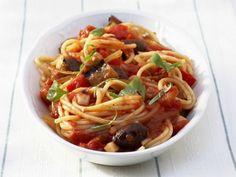 Spaghetti mit Tomatensauce und Oliven ist ein Rezept mit frischen Zutaten aus der Kategorie Fruchtgemüse. Probieren Sie dieses und weitere Rezepte von EAT SMARTER!