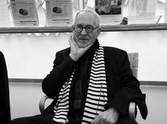 """""""El mayor respeto que se le puede rendir a la tradición de la Arquitectura -que amo profundamente- es la creativa falta de respeto"""" Una figura clave en el mundo de la arquitectura mundial desde hace más de medio siglo, Sir Peter Cook, el arquitecto, profesor y escritor inglés, celebra su 77 años hoy. Cook fue uno de los miembros fundadores de Archigram, el futurista grupo de arquitectura de vanguardia de la década de 1960."""