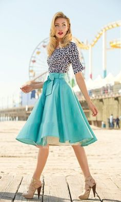 Teal midi skirt, leopard blouse, chestlength wavy blonde hair, red lips, nude stilplats