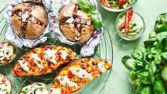 Dnešní recepty mají za úkol dokázat, že brambory nejsou jako hlavní jídlo vůbec nudné! Přesvědčí vás pikantní po mexicku, voňavé s karamelizovanou cibulkou, nebo spíš svěží s balkánem a olivami? Baked Potato, Potatoes, Baking, Ethnic Recipes, Food, Essen, Potato, Bakken, Meals