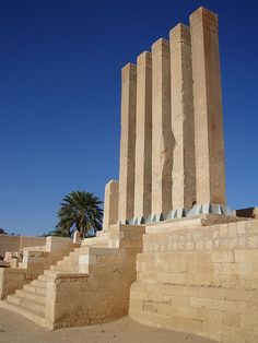 Arsh Bilqis (Yemen) – the Throne of Bilqis – is the second most important temple in Marib. A line of five elegant symmetrical pillars, also known as the Almaqah or Moon Temple, was built towards the end of the eighth century BC.