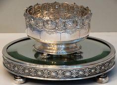 Floreira e seu presentoir de prata portuguesa Reis Fº, Porto Javali II título. Presentoir espelhado