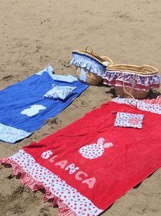 "Con P de P: ""PRIMER DÍA DE PLAYA"" Needle And Thread, Diy Crafts, Hand Crafts, Summer Time, Beach Mat, Outdoor Blanket, Ideas Para, Sewing, Crochet"