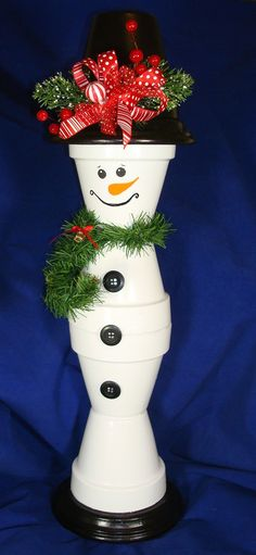 How to make: Easy DIY Clay Pot Snowman Christmas Decorations using claypots. Perfect Christmas or winter decoration for indoors or out doors. Great Budget decor ideas for the home. Christmas Clay, Christmas Crafts For Kids, Outdoor Christmas, Christmas Projects, Holiday Crafts, Christmas Decorations, Christmas Ornaments, Christmas Ideas, Christmas Snowman