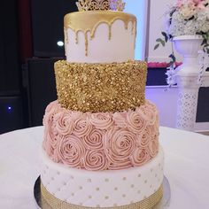 Quince Gold and Pink Rose Cake - Cake Decorating Blue Ideen Sweet 16 Birthday Cake, 18th Birthday Cake, Birthday Cake Roses, Pink Birthday, Pretty Cakes, Beautiful Cakes, Amazing Cakes, Quinceanera Cakes, Quinceanera Decorations