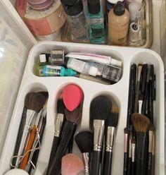 Pincéis, lápis e batons líquidos podem ser facilmente organizados em porta-talheres.   23 coisas que você deveria fazer pela sua beleza em 2016