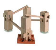 Beispielbahn aufgebaut mit Bauteilen aus dem Xyloba piccolino Baukasten