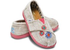 Ema Tiny TOMS Classic - Oh these are cuuuuute! My Little Girl, My Baby Girl, Tiny Toms, Girls Toms, Toms Classic, Little Fashionista, Kid Styles, Swagg, Zapatos