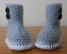 Les chaussons boots, patron gratuit Crochet Boots, Crochet Baby Shoes, Crochet Slippers, Diy Crochet, Knitting For Kids, Easy Knitting, Knitting Projects, Baby Booties Knitting Pattern, Knitting Patterns