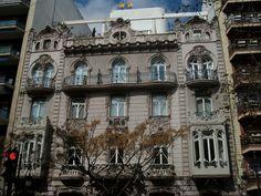 La casa Ortega de Manuel Peris. Situada en la Gran Vía Marques del Turia, 9, de Valencia.Destaca la rica ornamentación.