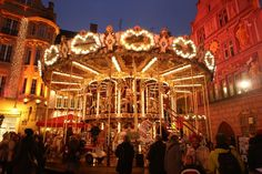 The Christmas market of Mulhouse presents to the visitors a magical interlude, where fabrics and celebrations intertwine in a warm atmosphere. Christmas Carol, Christmas Holidays, Xmas, Christmas Markets Europe, Amazing Destinations, Beautiful Christmas, Wonderful Time, Things To Do, Fair Grounds
