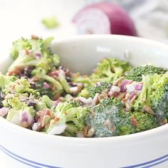 Mom's Broccoli Salad This is the best Broccoli Salad recipe! It's sweet, creamy and crunchy with fresh broccoli, homemade dressing and lots of bacon! The perfect easy side salad for a bbq or potluck! Brocolli Salad, Best Broccoli Salad Recipe, Easy Broccoli Salad, Pesto Chicken Salads, Vegetarian Salad Recipes, Fresh Broccoli, Broccoli Recipes, Chicken Salad Recipes, Healthy Recipes