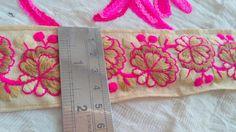 Beige tela rosa bordado recortar por el patio indio cordones y adornos decorativos coser recorte, arte cinta Sari frontera, cinta del traje de la corte TTNLFT359 Código del artículo: TTNLFT359 Principal Color Beige Bordado de color rosa bordado a diseñador adornos sobre de tela