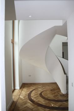 This set of stairs has been made using one concrete mold, making them very strong. Despite the heavy material, the stairs look ellegan and smooth.