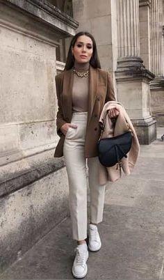 20 looks de oficina con tenis 2020 I alejarod.com #bodycon #fashion #dress #bodycondress #fashionista #ootd #dresses #style #jumpsuit #onlineshopping #sexy #minidress #skirt #boutique #bodysuit #romper #clubwear #love #tops #vintage #blouse #corset #shopping Casual Work Outfits, Business Casual Outfits, Mode Outfits, Retro Outfits, Stylish Outfits, Formal Casual Outfits, Classy Outfits For Women, Outfit Work, Business Dresses