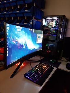 New Super Awesome Video Game Room Ideas You Must See For Gamer's Guide # gameroomdesign Best Gaming Setup, Gaming Room Setup, Gaming Rooms, Office Setup, Pc Setup, Computer Desk Setup, Gaming Computer, Laptop Computers, Small Game Rooms