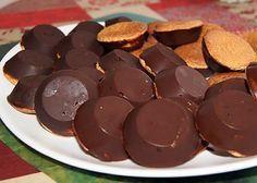 """La meilleure recette de Gâteaux façon """"Pim's""""! L'essayer, c'est l'adopter! 5.0/5 (11 votes), 31 Commentaires. Ingrédients: Pour environ 60 gâteaux : 4 œufs, 80 g de sucre, 55 g de farine à gâteau, un peu plus de 200 g de chocolat noir extra fondant, un peu de confiture de votre choix,"""