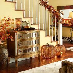 herbst dekorationen treppen geländer blätter kürbisse