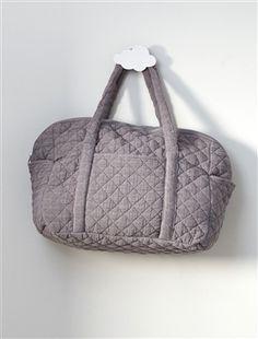 Sac à langer multipoche pratique et élégant pour transporter les petites affaires de bébé.DétailsDim. 40 x 35 x 20 cm. Fermeture zippée métal. 2 poche