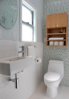 Traditional White Bathroom with Glass Tile Accent Wall Small Sink, Small Toilet, Small Baths, Small Vanity, Bad Inspiration, Bathroom Inspiration, Bathroom Ideas, Bathroom Sinks, Bathroom Storage