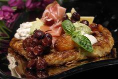 Röstiperuna, serranonkinkkua, avokado ja aurajuustomousse, uuni viinirypäleet ja aprikoosi
