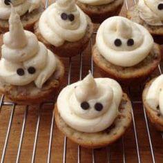 Superschnelle Halloween Muffins, einfach 2 Augen in das Frosting drücken. Halloween Essen #Halloweenparty #Kinder #Kindergeburtstag http://de.allrecipes.com/rezept/15847/halloween-geister-cupcakes.aspx