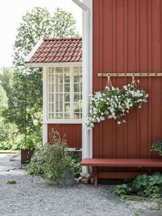 Swedish Farmhouse, Swedish Cottage, Scandinavian Cottage, White Exterior Houses, Red Houses, Cottages By The Sea, Garden Planning, Home And Garden, House Design