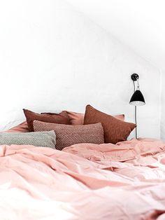inside a copenhagen home with sensational colors lit rosedcoration rose poudrchambre - Parure De Lit Rose Poudre
