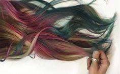 Una delle nuove tendenze in fatto di capelli sono i mermicorn hair, ovvero i capelli con le punte bianche, che imitano la chioma di una sirena-unicorno.
