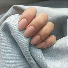 False nails have the advantage of offering a manicure worthy of the most advanced backstage and to hold longer than a simple nail polish. The problem is how to remove them without damaging your nails. Nude Nails, Matte Nails, Gel Nails, Oval Acrylic Nails, Matte Almond Nails, Oval Nail Art, Acrylic Nail Shapes, Acrylic Art, Gel Nail Polish