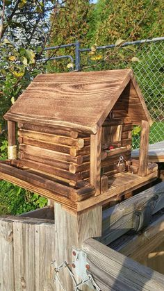 The chimney is the opening for the seeds and they rest on the bottom as the birds devour them more seeds come out🐤 Outdoor Wood Projects, Backyard Projects, Bird House Feeder, Bird Feeders, Fairy Garden Houses, Bird Houses, Bird House Plans, Wood Plans, Miniature Houses
