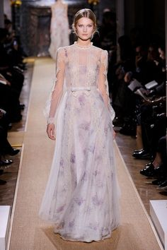 Valentino Haute Couture Primavera Estate 2012 http://www.marieclaire.it/Sfilate/Valentino24/%28visualizza%29/collezione