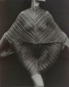 wandering-eyes:  issey miyake dress, photo by irving penn