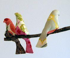 J'avais aperçu des oiseaux en tissus sur plusieurs blogs déjà… et voici que je trouve un tuto (en anglais mais si simple que cela devrait aller de soit). Je pourrais accrocher des oiseaux de couleurs à la fenêtre de la cuisine !!! Après il nous faudra...