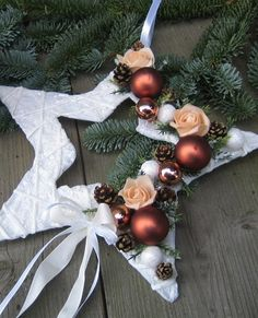 50 Easy and Simple Christmas Decorations Christmas Flower Decorations, Christmas Wreaths, Christmas Ornaments, Advent Wreaths, Simple Christmas, Christmas Time, Christmas Tables, Modern Christmas, Scandinavian Christmas