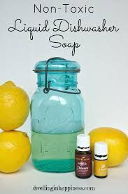 DIY Gifts : Non-Toxic Liquid Dishwasher Soap So simple! DIY Non-Toxic Liquid Dish Soap! Essential Oils Cleaning, Essential Oil Uses, Lemon Essential Oils, Homemade Cleaning Products, Natural Cleaning Products, Natural Products, Diy Products, Natural Cleaning Recipes, Green Products