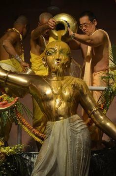 Ecstatic Pancha-Tattva Maha-Abhiseka ceremony in Mayapur with more than devotees present! Krishna Sudama, Radha Krishna Photo, Hanuman, Lord Krishna, Krishna Pictures, Krishna Photos, Krishna Images, Amazing India, Bhagavad Gita