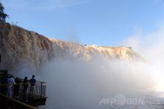 南米ブラジルのフォス・ド・イグアス(Foz do Iguacu)で、豪雨で増水した世界遺産「イグアスの滝(Iguazu Falls)」の眺め(2014年6月12日撮影)。(c)AFP/Norberto Duarte ▼13Jun2014AFP|濁流にかかる虹、ブラジル・イグアスの滝 http://www.afpbb.com/articles/-/3017614 #Iguazu_Falls