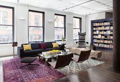 Loft industriel et lumineux aux tapis design retro vieilli superposé