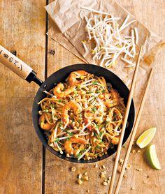 Pad thaï aux crevettes (nouilles, crevettes, sauce nuoc-mam, sauce soja, citron vert, cacahouetes, oignons, pousses de soja, brins de coriandre, oeufs, ail, cassonade)