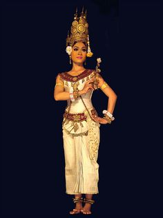Apsara : danseuse traditionnelle cambodgienne by dalbera, via Flickr