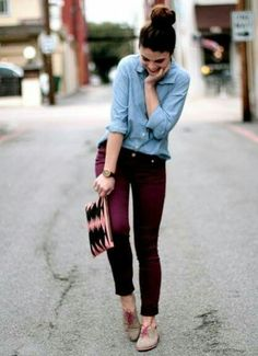 Casual y cómodo.  Jeans color vino, camisa de mezclilla
