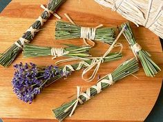 Vyrobte si malé domácí poklady z levandule– Novinky.cz Kraut, Decoration, Flower Art, Lavender, Hair Accessories, Diy Projects, Herbs, Gardening, Flowers