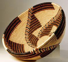 """Por Mónica Abedrop """"La cestería no es otra cosa que vegetación hecha cultura material""""Bignia Kuoni  De todas las artes que el hombre ha creado, probablemente la cestería es una de las más ant…"""