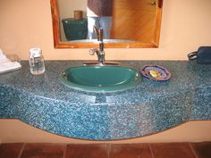 mueble de baño, lavabo fabricado con tablas de plastico Recycled Plastic Furniture, Recycling, Sink, Home Decor, Bathroom Furniture, House Decorations, Boards, Bathroom Sinks, Upcycling