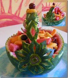 watermelon basket Fruit Basket Watermelon, Watermelon Carving, Fancy Food Presentation, Fruits Decoration, Fruit Animals, Fruit Creations, Food Sculpture, Fruit And Vegetable Carving, Food Carving