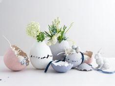 Ostereier aus Pappmaché: Basteln für die ganze Familie Diy Blog, Vase, Swarovski, Decor, Holidays, Unique Gifts, Craft Tutorials, Crafts, Decoration
