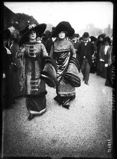 La mode à Longchamp de 1910 à 1920 — 1910 Prix du conseil municipal [deux élégantes]