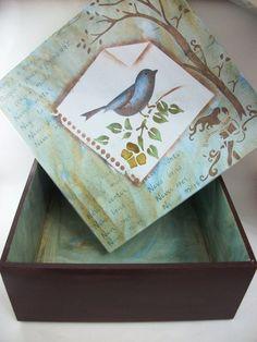- Caixa em mdf  - Pintada nas cores azul hortênsia,marrom e castanho  - Com detalhes (pintura)em estêncil    Ideal para organizar documentos,bijoux,contas já pagas...